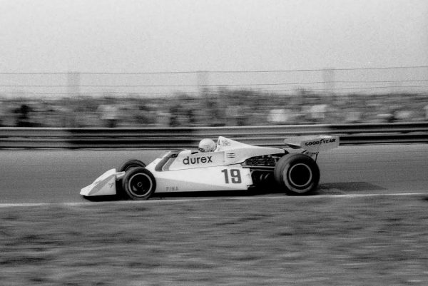 Alan-JONES-SURTEES-TS-19-1976-©-Manfred-GIET