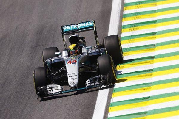 C'est Lewis Hamilton qui s'élancera ce dimanche de la pole après avoir signé le meilleur chrono des qualifications ce samedi sur la piste d'Interlagos à Sao Paulo, sa…60éme pole en carriére Il devance en  1'10″736, son équipier le leader du Championnat qui le précéde de 19 points avec lequel il partagera la première ligne, l'Allemand Nico Rosberg et second en 1'10″838, à 0″102. Seulement 102 millièmes, les séparent! Cela annonce une formidable lutte entre les deux pilotes des flèches d'argent, avec l'éventuelle possibilité on le répète, d'assister dimanche en fin d'après-midi en France, au 1er sacre de Nico Rosberg, lequel rejoindrait ainsi son illustre père, le Finlandais Keke Rosberg, sacré lui au terme de la saison 1982! Derriére les 'ogres' de Mercedes, suivent dans l'ordre, la Ferrari de Kimi Räikkonen, la Red Bull-Renault de Max Verstappen, la seconde Ferrari de Sebastian Vettel, la deuxième Red Bull-Renault de Daniel Ricciardo, la Haas Ferrari d'un excellent Romain Grosjean, les deux Force India-Mercedes de Nico Hülkenberg et de Sergio Perez et la McLaren-Honda de Fernando Alonso qui compléte le Top10, à l'issue de la Q3