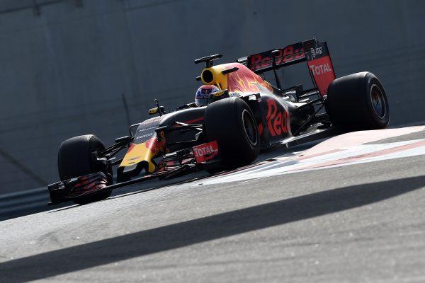 F1-2016-Test-PIRELLI-ABOU-DHABI-29-Novembre-avec-RED-BULL