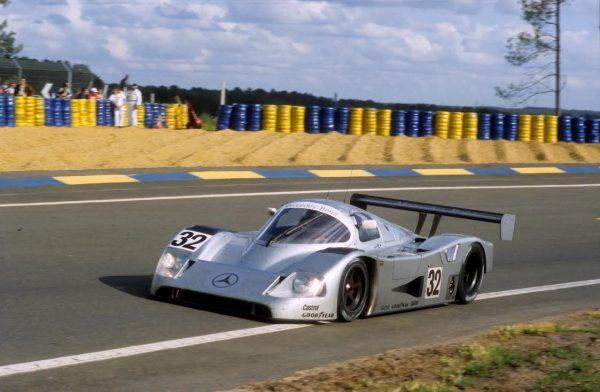 Jonathan-PALMER-aux-24-Heures-du-Mans-1991-avec-la-Sauber-Mercedes-avec-Kurt-THIIM-Stanley-DICKENS-©-Manfred-GIET