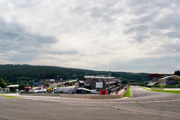 Vue-panoramique-sur-la-ligne-de-départLa-Source-et-lEau-Rouge-des-symboles-du-circuit-de-Spa-Francorchamps-©-Manfred-GIET