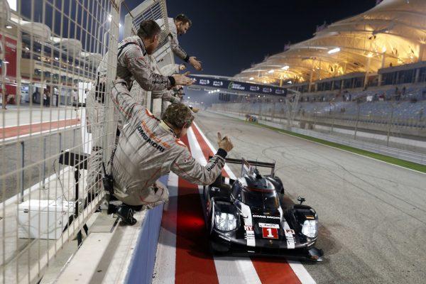 WEC-016-BAHREIN-Mark-WEBBER-termine-sa-carrière-par-un-podium-avec-sa-3éme-place-avec-BERNHARD-et-HARTLEY