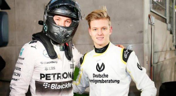 F1-NICO-ROSBERG-qui-fut-léquipier-de-Michael-SCHUMACHER-chez-MERCEDES-AMG-F1-Team-pose-avec-MICK-SCHUMACH