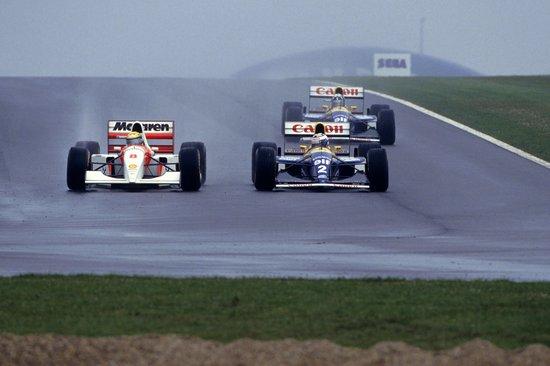 GP-EUROPE-1993-DONINGTON-Park-AYRTON-SENNA-LE-MAGICIEN-sous-la-pluie-prend-un-tour-a-Alain-PROST.