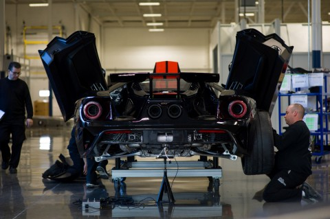 La-première-Ford-GT-de-route-est-sortie-des-lignes-d'assemblage-du-nouveau-site-Multimatic-de-Markham-en-Ontario-et-marque-le-début-officiel-de-la-production-de-la-supercar-de-Ford-Performance.