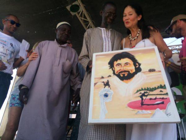 SALON-4X4-LAR-ROSE-Tableau-remis-à-Diane-par-un-artiste-Senegalais.