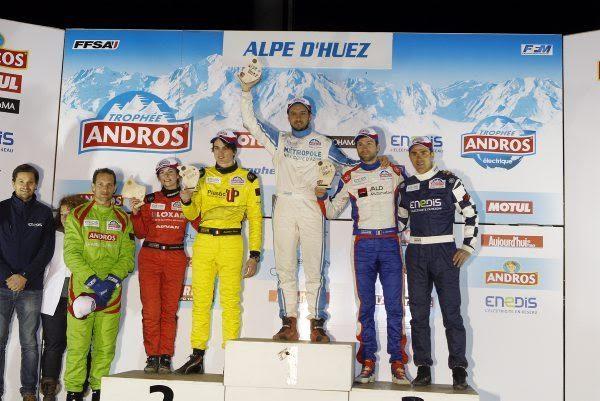 Détails du fichier joint TROPHEE-ANDROS-2016-2017-ALPE-DHUEZ-Le-podium-multicolore-en-Electrique-Photo-Bernard-BAKALIAN.j