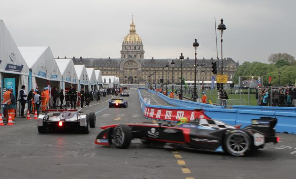 Passage obligé... les stands sur l'esplanade des Invalides © Jacques SamAlens (StrategiesAutoMotive)