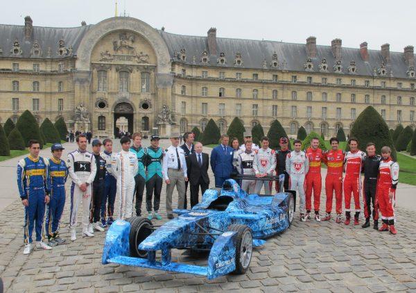 photo de famille sur fond des Invalides - la FormulaE gagne ici sa noblesse © Jacques SamAlens (StrategiesAutoMotive)