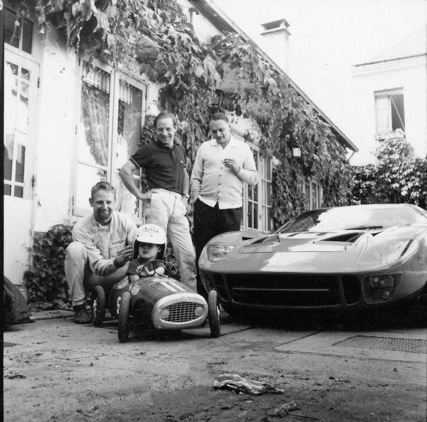 HÔTEL de FRANCE, à La Chartre sur le Loir - Le Mans 1965 - John Whitmore (accroupi) et Innes Ireland devant leur GT40