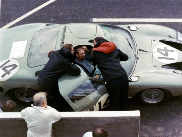 John Whitmore au volant de sa GT40 - Le Mans 1965