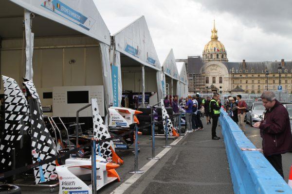 Ligne des stands dans son écrin parisien