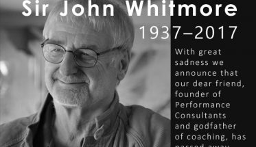 "Sir John Whitmore (1937–2017) fondateur de ""Performance Consultants International"""