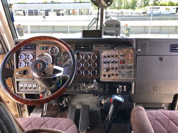 Un monstre le sublime kenworth de ferdy de martin for Camion americain interieur cabine